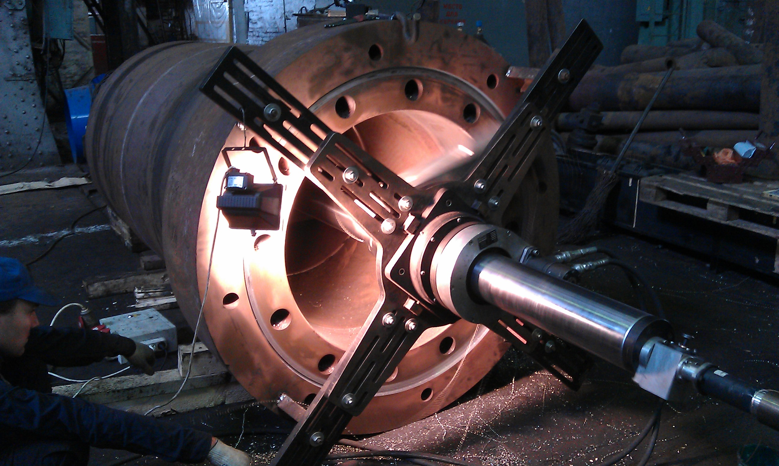 Обработка внутренней цилиндрической поверхности Ø1220 мм рабочего цилиндра гидравлического ковочного пресса силой 20 МН (Dunkan) мобильным расточным станком Mirage LB-150