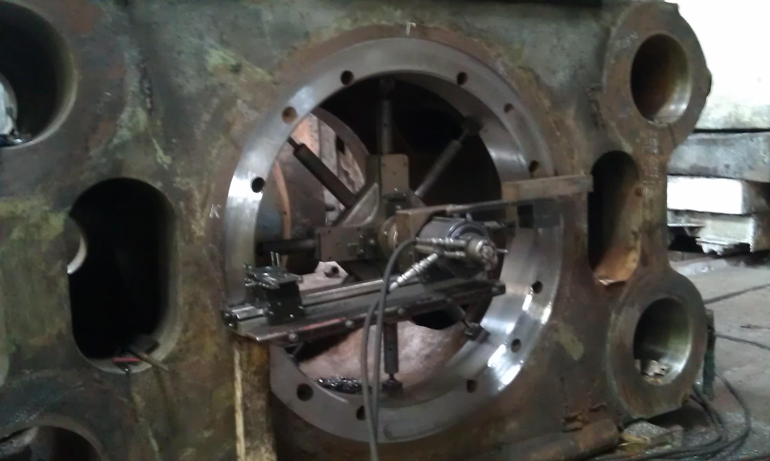 Торцовка контактной поверхности архитрава с фланцем рабочего цилиндра гидравлического ковочного пресса силой 20 МН (Dunkan) мобильным станком для обработки фланцев Mirage MM 1500i