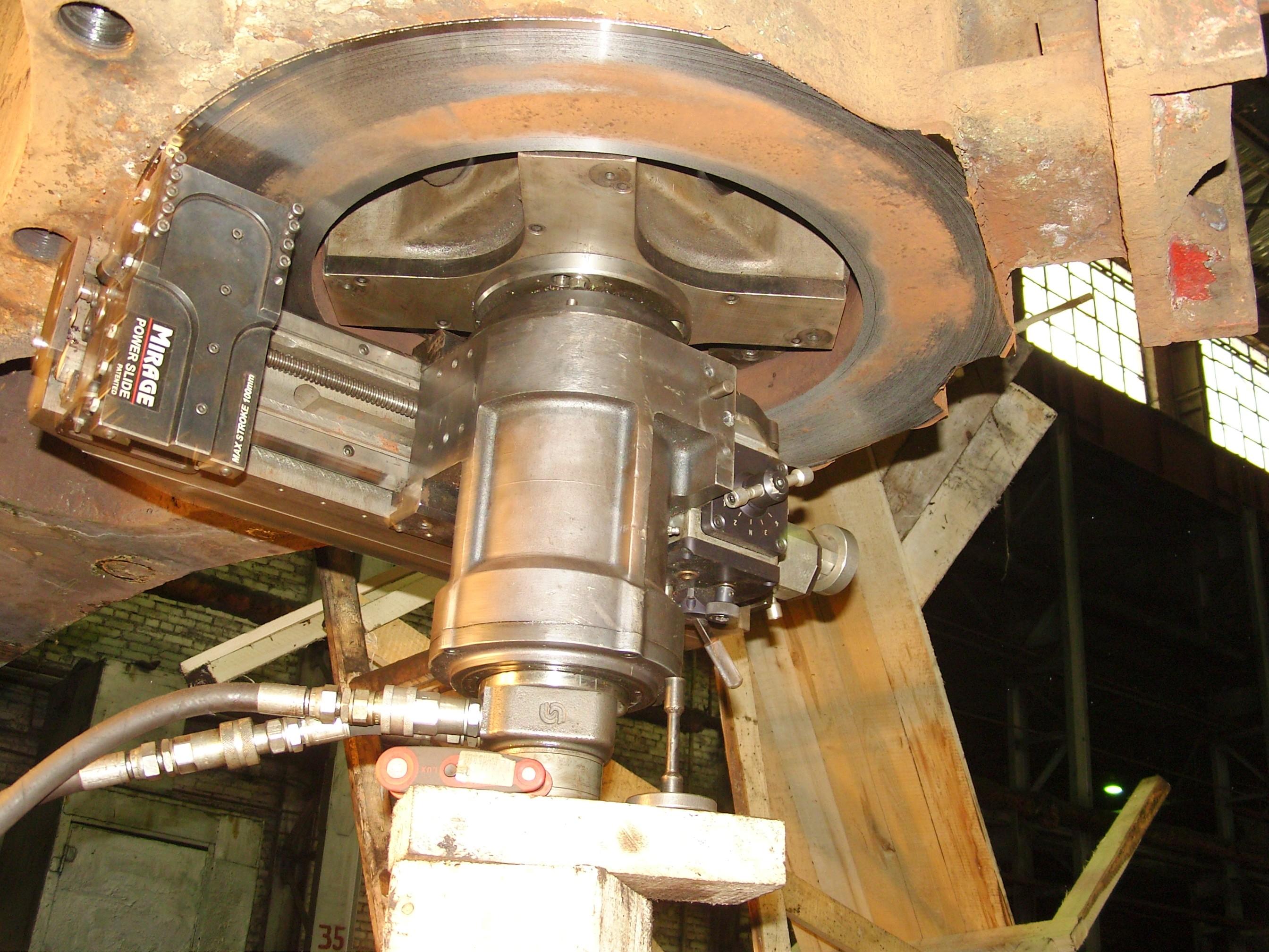 Торцовка контактной поверхности колонного стакана архитрава с гайкой колонны гидравлического ковочного пресса силой 40 МН (Германия) мобильным станком для обработки фланцев Mirage MM 1500i