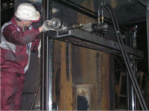 Фрезеровка рабочей поверхности станины клети Пильгерстана мобильным фрезерным станком Mirage MR 2200